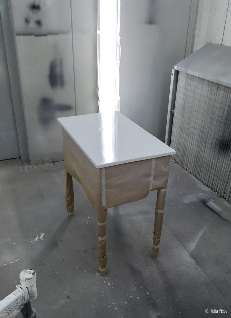 Pöytä maalaamossa. ©Tuija Pispa